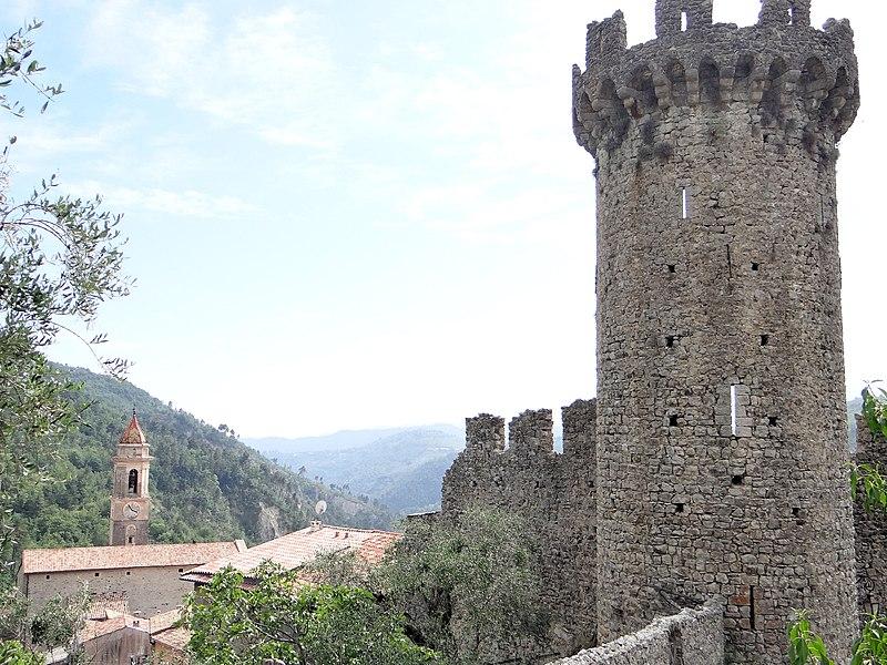 Photo du Monument Historique Chateau (restes) situé à Lucéram