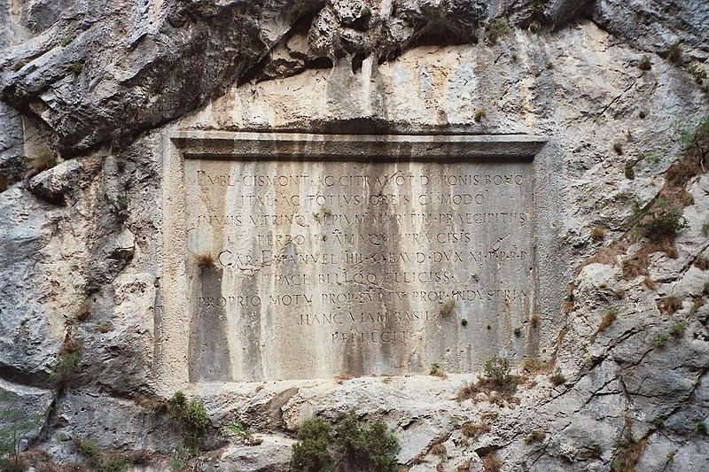 Photo du Monument Historique Plaques commémoratives inscrites dans le roc et les parois rocheuses situé à Saorge