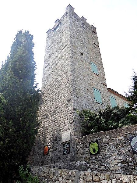 Photo du Monument Historique Château et son enceinte fortifiée situé à Tourrette-Levens
