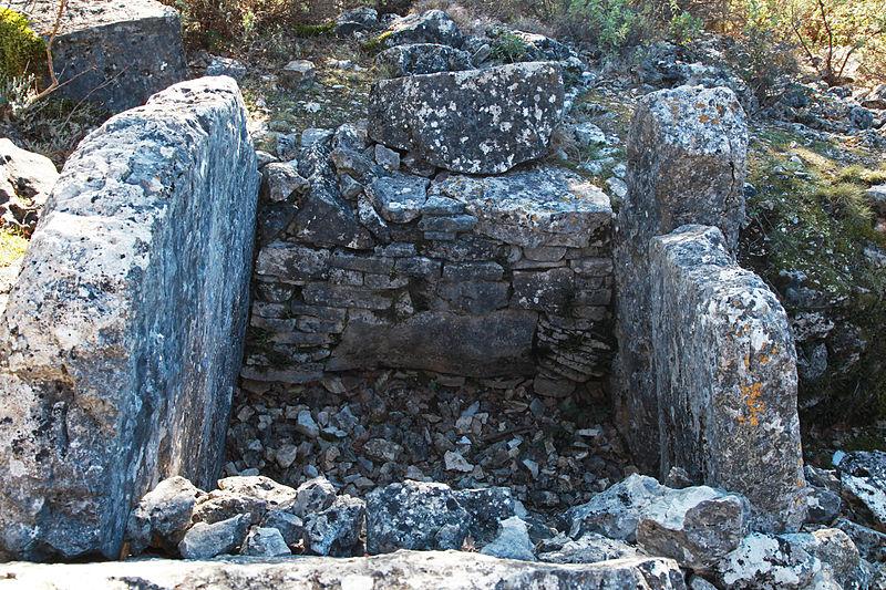 Photo du Monument Historique Dolmen des Puades situé à Saint-Cézaire-sur-Siagne