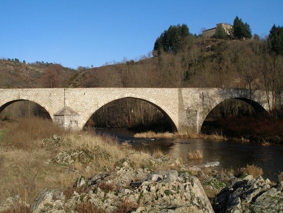 Photo du Monument Historique Vieux pont sur le Doux (également sur commune de Boucieu-le-Roi) situé à Colombier-le-Vieux