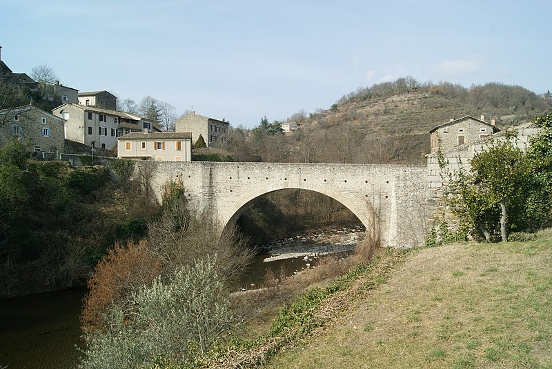 Photo du Monument Historique Pont sur l'Ouveze situé à Coux