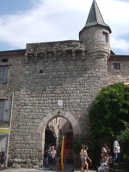 Photo du Monument Historique Porte du Bourg de l'Homme (porte de Lalle) situé à Désaignes