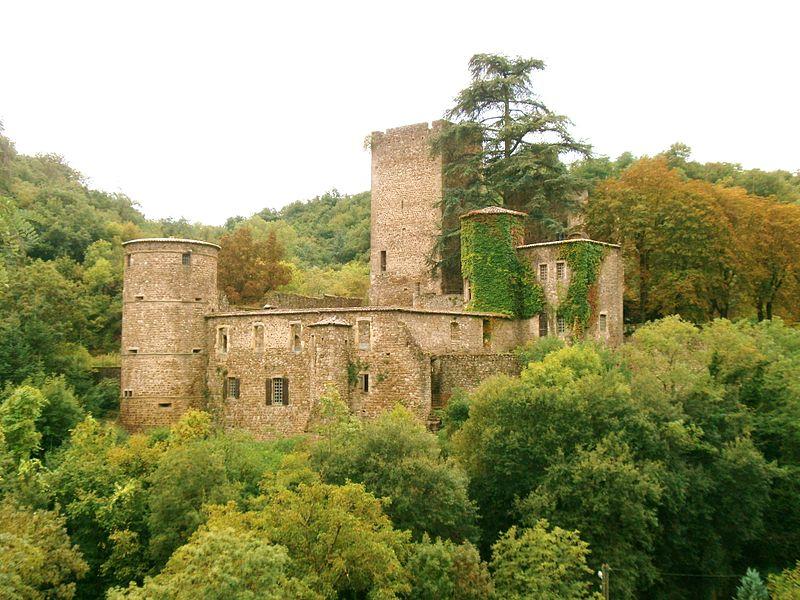 Photo du Monument Historique Vieux château (restes) situé à Thorrenc