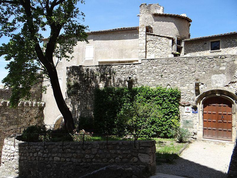 Photo du Monument Historique Immeuble dit Lacombe, à la base du clocher de la cathédrale situé à Viviers
