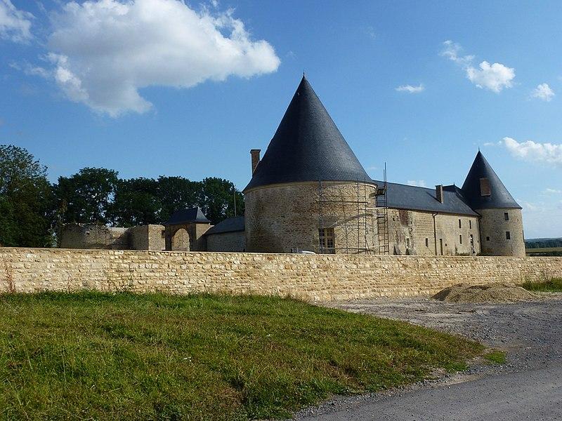Photo du Monument Historique Ferme fortifiée situé à Charbogne