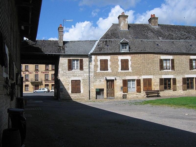 Photo du Monument Historique Ancien relais de poste situé à Launois-sur-Vence