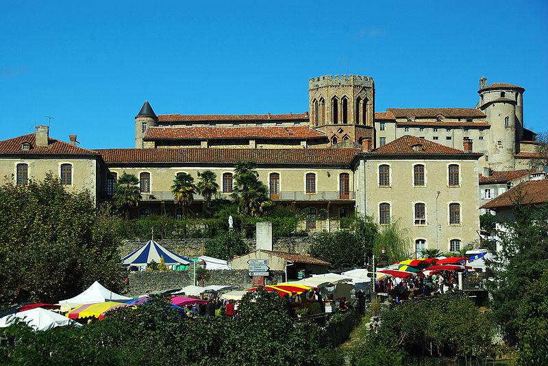 Photo du Monument Historique Ancien Hôtel Dieu, actuellement résidence Hector d'Ossun situé à Saint-Lizier