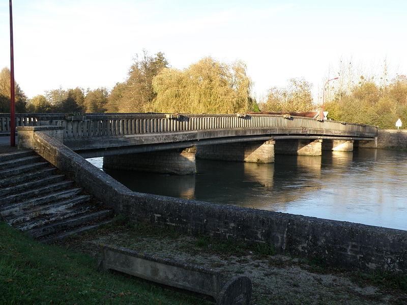 Photo du Monument Historique Pont sur la Seine situé à Fouchères