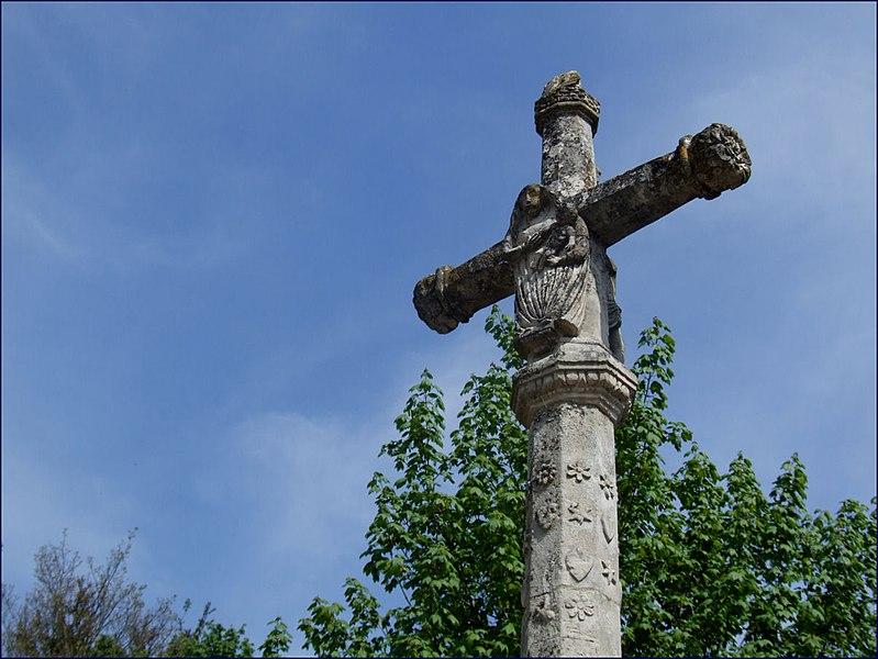 Photo du Monument Historique Croix en pierre du 16s, près de la Halle, au milieu du pont situé à Mussy-sur-Seine