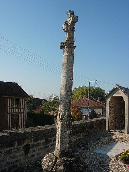 Photo du Monument Historique Croix de cimetière situé à Trouans