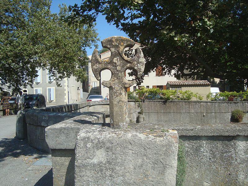 Photo du Monument Historique Croix située sur le pont situé à Fanjeaux