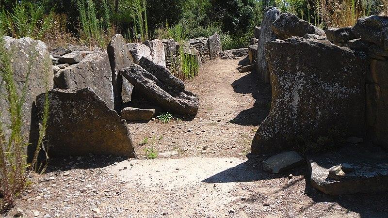 Photo du Monument Historique Monument mégalithique, dit Allée couverte de Saint-Eugène, sur le domaine de Russol situé à Laure-Minervois