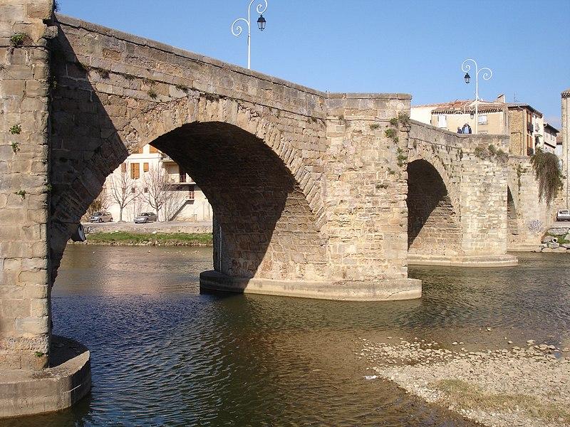 Photo du Monument Historique Pont-Neuf qui relie les deux rives de l'Aude près de l'église Saint-Martin situé à Limoux