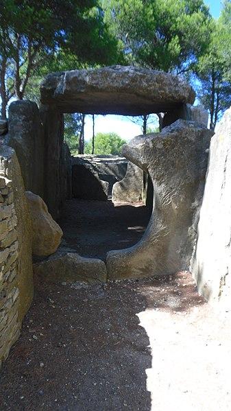 Photo du Monument Historique Dolmen des Fades ou Palet de Roland situé à Pépieux