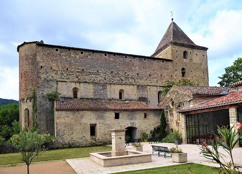 Photo du Monument Historique Vestiges de l'abbaye et son aqueduc situé à Saint-Polycarpe