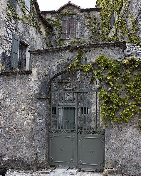Photo du Monument Historique Maison adossée au front Nord des remparts situé à La Couvertoirade