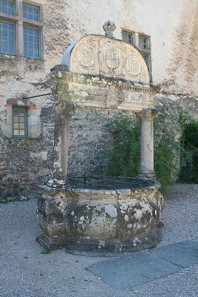 Photo du Monument Historique Puits Renaissance situé à Fayet