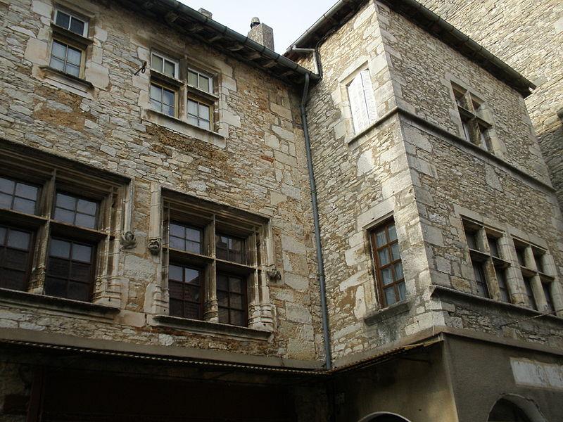 Photo du Monument Historique Maison voisine de la porte de ville carrée situé à Villeneuve