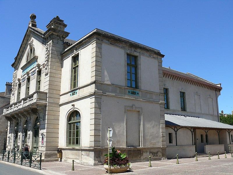 Photo du Monument Historique Théâtre municipal (ancienne salle des fêtes) situé à Villefranche-de-Rouergue