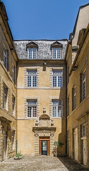 Photo du Monument Historique Ancien hôtel de Ricard (Ecole Saint-Louis) situé à Saint-Geniez-d'Olt