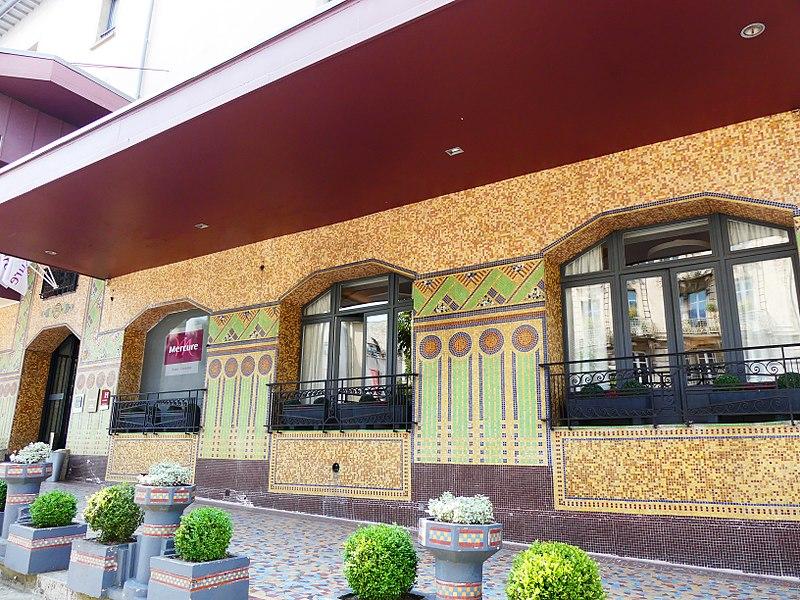 Photo du Monument Historique Grand Hôtel Le Broussy, aujourd'hui Hôtel Mercure, et Grand Café Riche, actuel café Le Broussy situé à Rodez