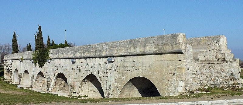 Photo du Monument Historique Aqueduc du Pont de Crau (restes) situé à Arles