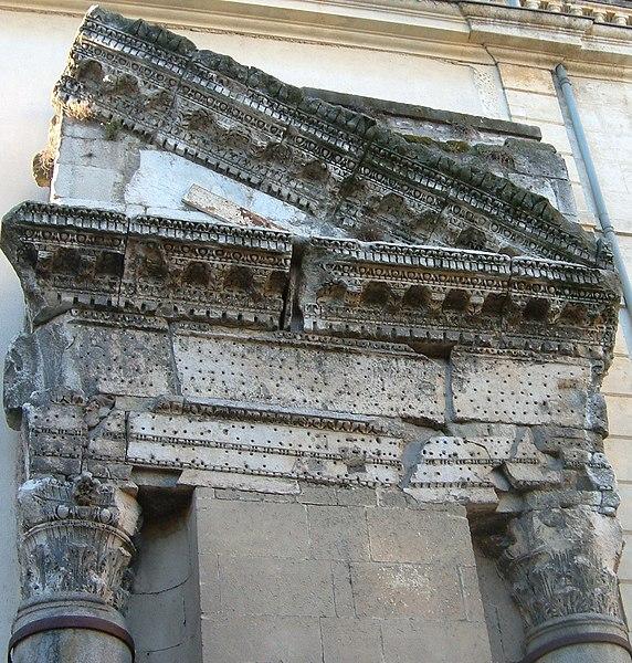 Photo du Monument Historique Colonnes dites de Saint-Lucien situé à Arles