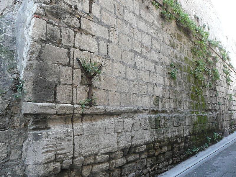 Photo du Monument Historique Construction romaine située entre l'Hôtel des Postes et l'ancien Archevêché situé à Arles