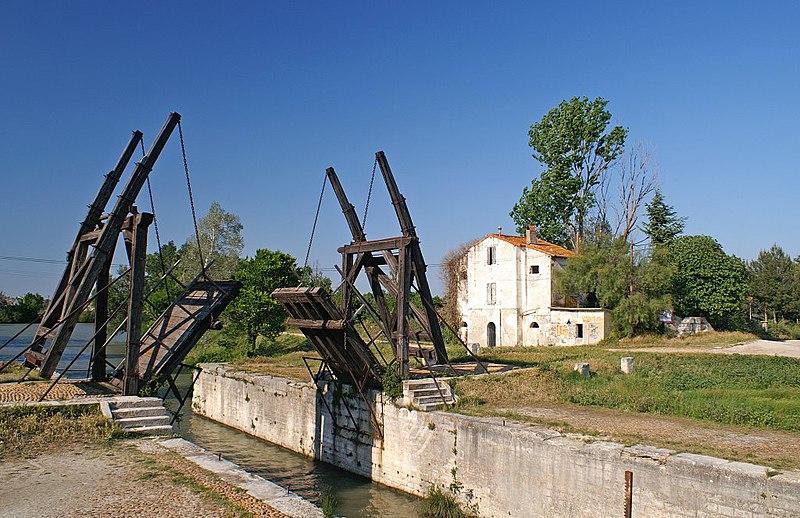 Photo du Monument Historique Pont Van-Gogh et maison pontière situé à Arles