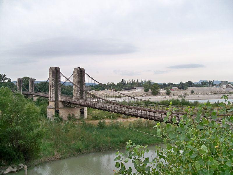 Photo du Monument Historique Ancien pont suspendu franchissant la Durance et maison de gardien (également sur commune de Mérindol, dans le Vaucluse) situé à Mallemort