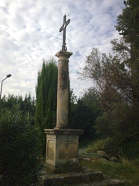 Photo du Monument Historique Croix du cimetière et les cyprès qui l'encadrent situé à Paradou