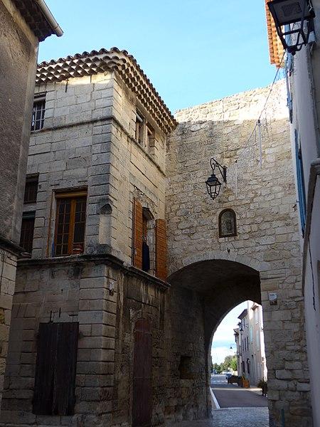 Photo du Monument Historique Ancienne maison des consuls situé à Saint-Mitre-les-Remparts