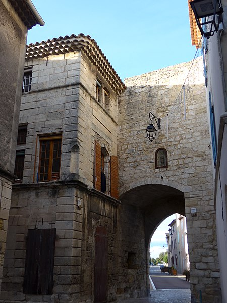 Photo du Monument Historique Enceinte de la ville situé à Saint-Mitre-les-Remparts