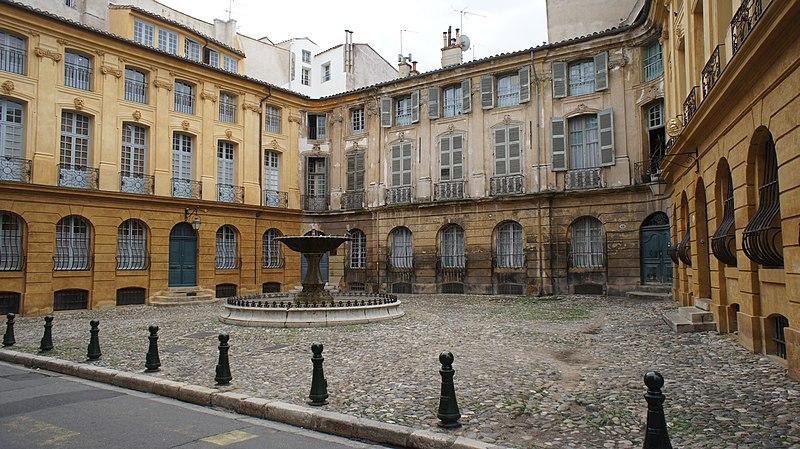 Photo du Monument Historique Immeubles formant la place d'Albertas situé à Aix-en-Provence