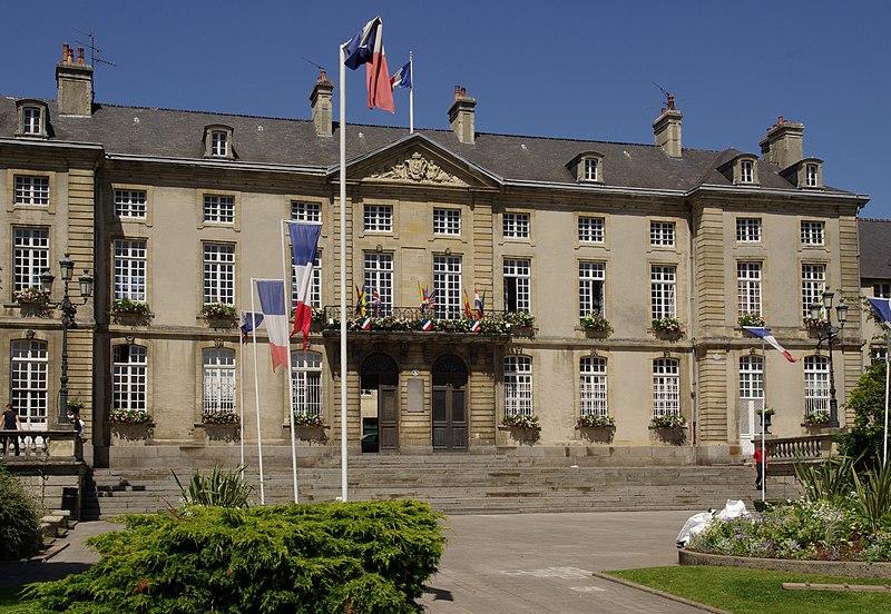 Photo du Monument Historique Ancien palais épiscopal, actuellement Hôtel de ville situé à Bayeux