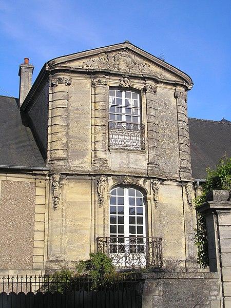 Photo du Monument Historique Maison Louis XV, dite maison de la Du Barry, à l'est de la cathédrale situé à Bayeux