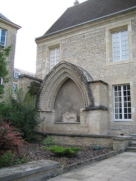 Photo du Monument Historique Maison, dans la cour du Musée des Antiquaires de Normandie situé à Caen