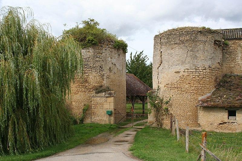 Photo du Monument Historique Ancien château fort situé à Courcy