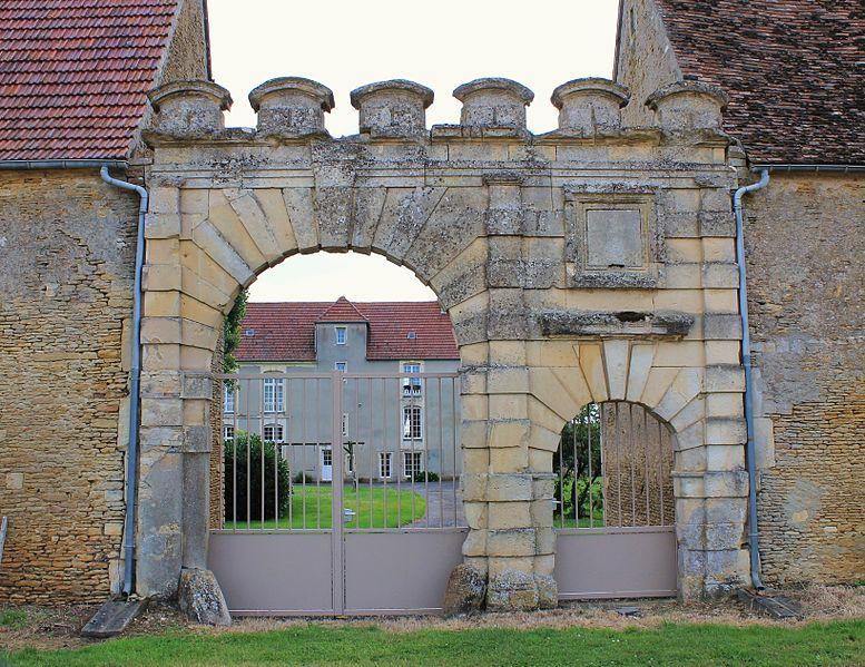 Photo du Monument Historique Ferme dite du Château situé à Emiéville