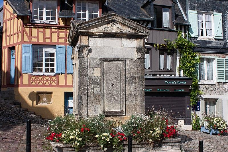 Photo du Monument Historique Puits situé à l'angle de la rue du Puits et de la rue Bucaille (anciennement rue de l'Homme-de-Bois) situé à Honfleur