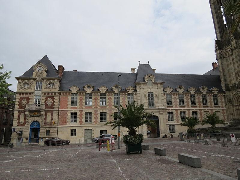 Photo du Monument Historique Ancien palais épiscopal, actuellement palais de justice situé à Lisieux