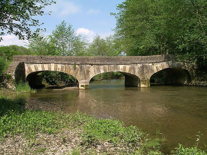 Photo du Monument Historique Pont dit Pont de Sully (également sur commune de Castillon) situé à Vaubadon
