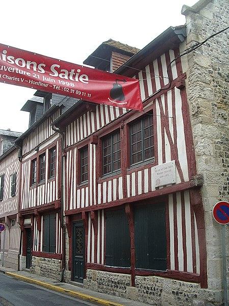 Photo du Monument Historique Trois maisons dites maison natale d'Erik Satie situé à Honfleur