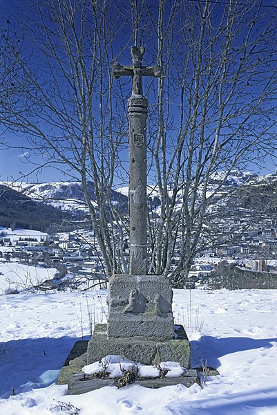 Photo du Monument Historique Calvaire sur la place publique de Bredons situé à Albepierre-Bredons