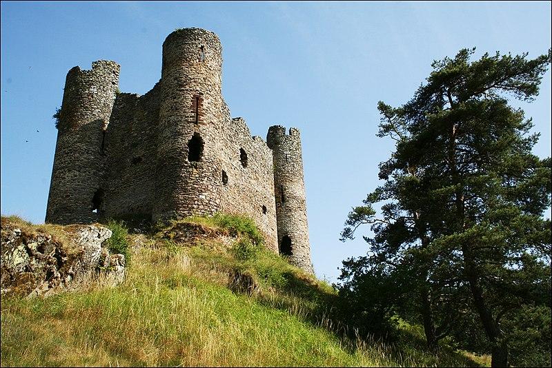 Photo du Monument Historique Restes du château fort situé à Alleuze
