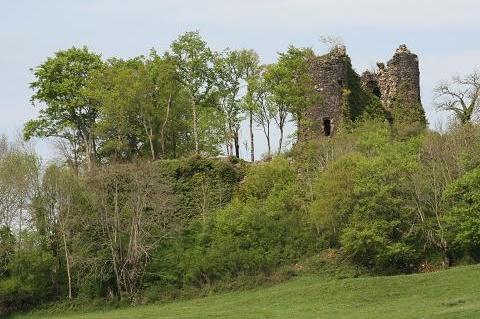 Photo du Monument Historique Ruines du château fort de Miremont situé à Chalvignac