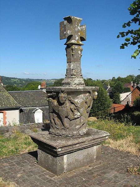 Photo du Monument Historique Chapiteau roman servant de socle à une croix située dans le cimetière situé à Drugeac