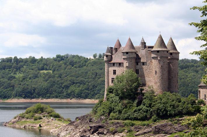 Photo du Monument Historique Château de Val et ses dépendances situé à Lanobre