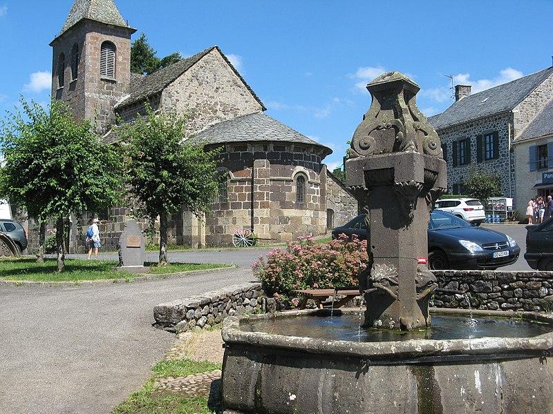 Photo du Monument Historique Fontaine à bassin octogonal avec fût central orné de sculptures situé à Moussages